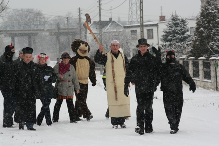 Fot. 3) Grupa ostatkorzy wędrująca przez Przywory. Autor: Pan Waldemar Lysek.