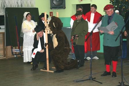 Fot. 5) Sąd nad niedźwiedziem. Tutaj miś się spowiada przed wykonaniem wyroku.