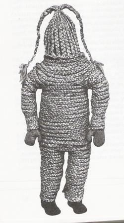 Fot. 1) Tradycyjny strój niedźwiedzia, wyk. Krystyna Miętus, Daniec, rok 1965.